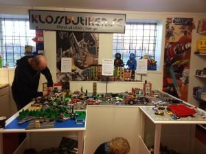 Byggare Lars i full fart med att fixa i LEGO-staden!