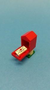En mindre lyckad postlåda i en dito färg.