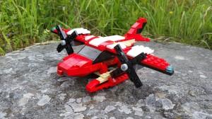Med halva motorn över och den andra halvan under vingen blir modellen mycket bättre!
