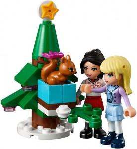 Två minifigurer, en julgran och Piff eller Puff...