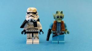 Sandtroopern poserar bredvid prisjägaren Greedo