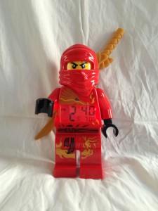 Kai lyser upp tillvaron med rött ljus och guldvapnet på ryggen...