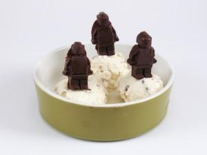 Söta små män i glassen.